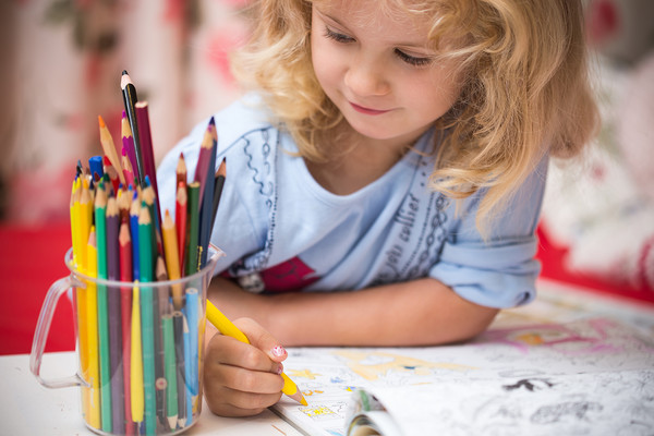 Enfant en train de dessiner ©Maksim Kostenko AdobeStock