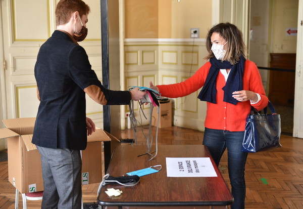 Distribution de masques a l'hotel de ville de Niort
